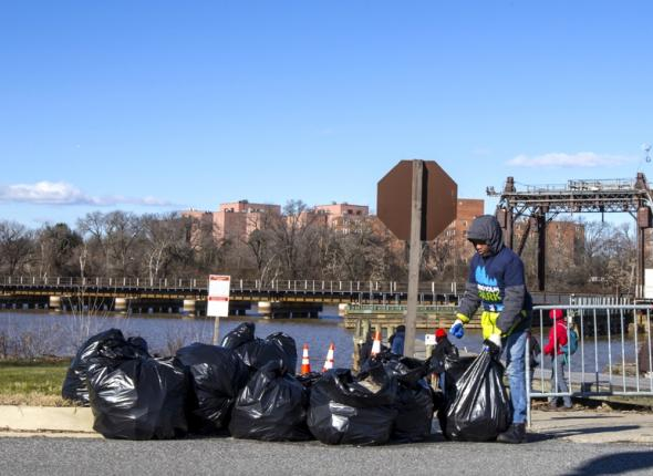 SCA youth volunteers gather trash along the Anacostia River